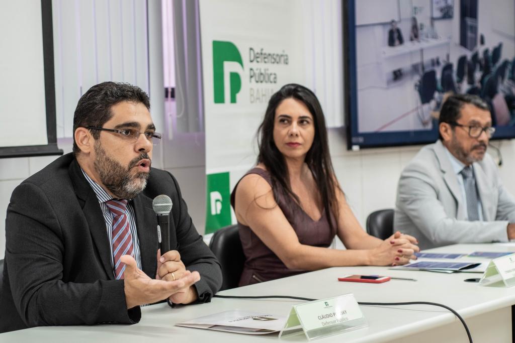 Dr. Cláudio Piansky, Dra. Cynara Fernandes e Jeremias Xavier de Moura, da PrevNordeste, compondo a mesa de evento organizado pela Defensoria Pública do Estado da Bahia